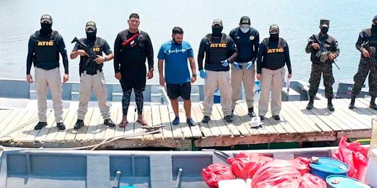 Los detenidos, la droga y la lancha fueron trasladados a la capital para ser presentados ante el juez.