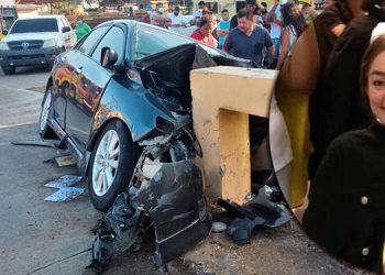 La conductora del automotor, Ely Tróchez, impactó su vehículo contra uno de los lados del puente.