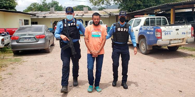 Al momento de requerir al sospechoso se le encontró en posesión de varias armas de fuego.