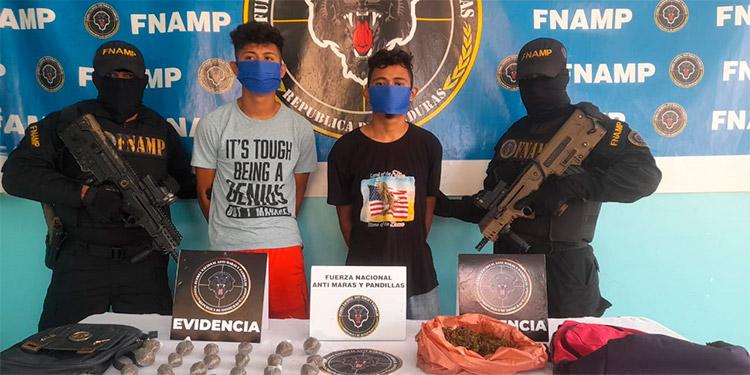 La FNAMP detuvo a los hermanos por venta de droga en San Juan Pueblo, municipio de La Masica, Atlántida.