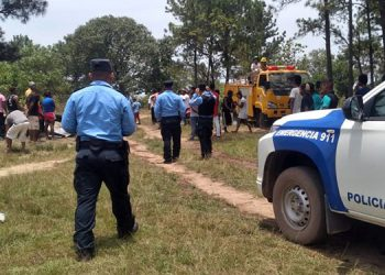 Los elementos policiales se desplazaron de inmediato en apoyo a los bomberos, tras recibir el reporte de emergencia.