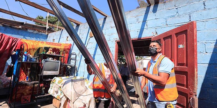 Algunos habitantes fueron beneficiados con la colocación de nuevos techos en sus viviendas.
