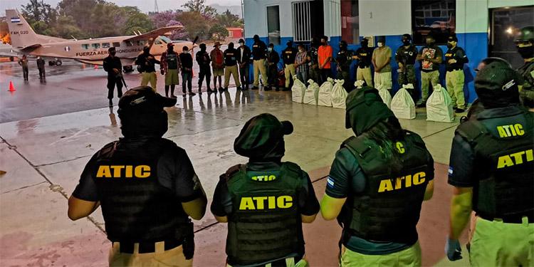 Los seis lancheros fueron acusados por tráfico de drogas.