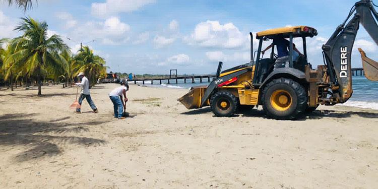 Un tractor limpia las playas municipales.