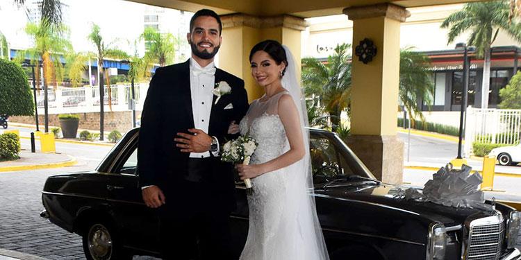 Luis Enrique y  Ada Karola a su  llegada al hotel.