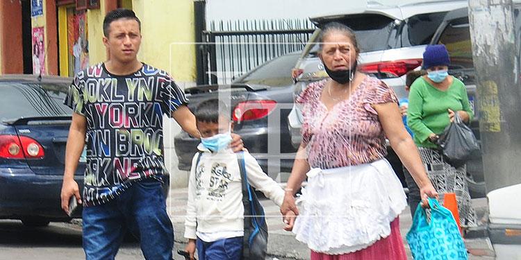 Adultos mayores, jóvenes y niños se observan en las calles haciendo un mal uso del tapabocas o sin llevarlo puesto.