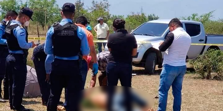 """Elvin Humberto Delarca, """"Ñato"""", presentaba tres disparos, al ser ultimado frente a su esposa y su hija."""