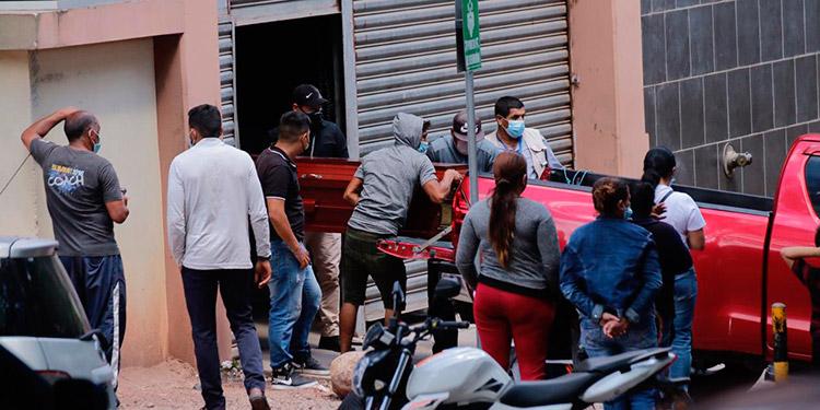 El cadáver de Cinthia Pamela Lozano Flores fue retirado de la morgue capitalina a eso de las 2:30 de la tarde de hoy.