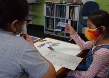 Cada día de la semana, un grupo de cinco niños llega a la Fundación Integrar a recibir sus clases, que duran de dos a tres horas.