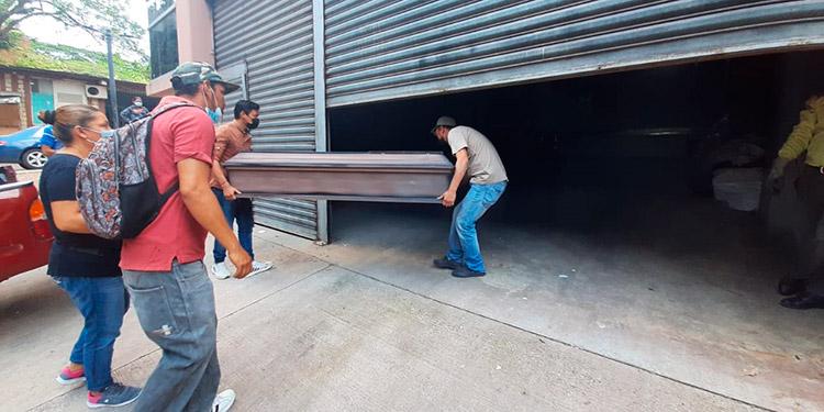 Los cuerpos de las dos víctimas hoy al mediodía fueron retirados de la morgue capitalina por sus parientes, para ser velados en un sector del oriente capitalino y darles sepultura.