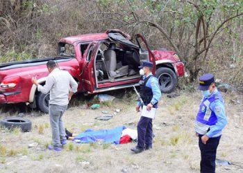 El automotor quedó con toda la parte frontal destruida, a un lado de la carretera.