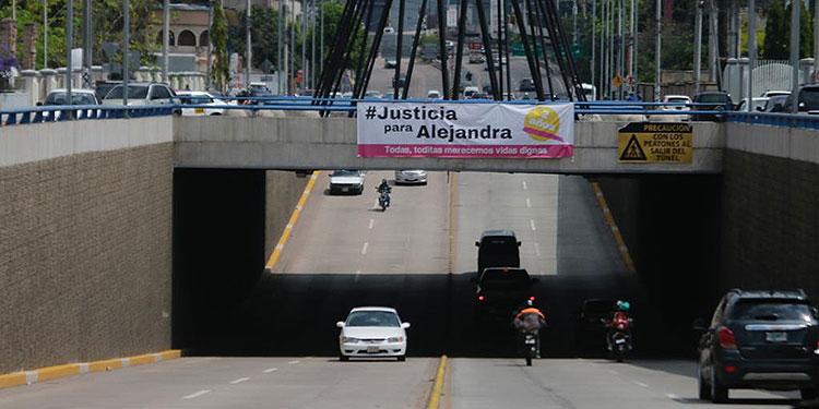En el bulevar Centroamérica de la capital, se colocó un rótulo porque ayer se cumplieron dos años de la agresión de la joven Alejandra.