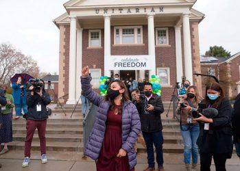 La inmigrante hondureña Vicky Chávez celebra su libertad después de salir de la Primera Iglesia Unitaria por primera vez en 1,168 días, el jueves 15 de abril de 2021, en Salt Lake City. (AP Foto/Rick Bowmer)