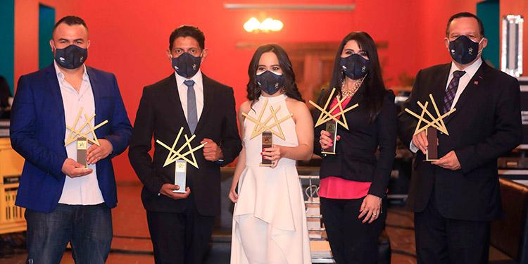 Los galardonados: Alberto Morales, Johann Serén, Gina Sarmiento, Keyla Morel y doctor Marco Tulio Medina.