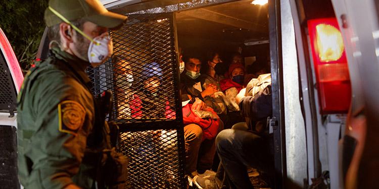 Autoridades estadounidenses abrieron una investigación sobre una operación de tráfico de personas después que la policía encontrara a 90 adultos en una casa de Houston. (LASSERFOTO AFP)