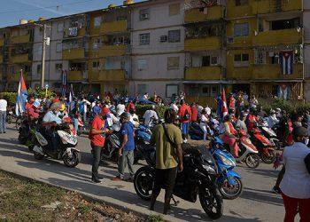 Varios miles de cubanos desfilaron el domingo en dos ciudades del país y en el extranjero, para pedir el fin del embargo estadounidense. (LASSERFOTO AFP)