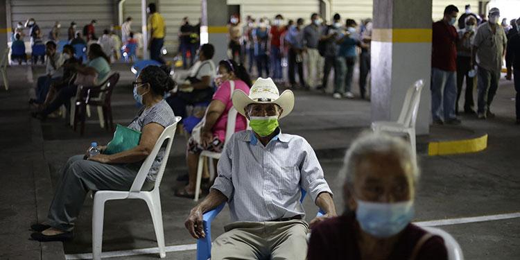 El presidente de El Salvador, Nayib Bukele, anunció que el ritmo de vacunación anticovid en el país subirá a 30,000 dosis diarias. (LASSERFOTO EFE)