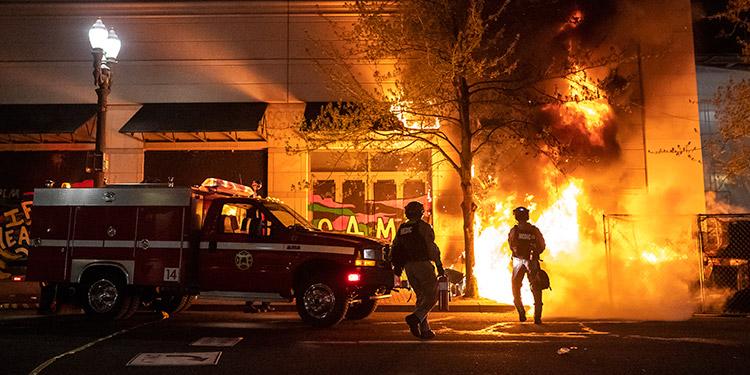 EE.UU. vivió en las últimas horas una noche de protestas y altercados en distintos puntos por los últimos casos de violencia policial. (LASSERFOTO AFP)