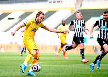 Willock frustra a Kane y al Tottenham con Bale suplente