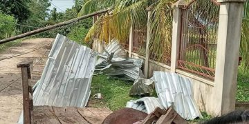 Así quedaron los postes y techos en Campo Barranco, a unos 4 kilómetros de Santa Rita de Yoro.