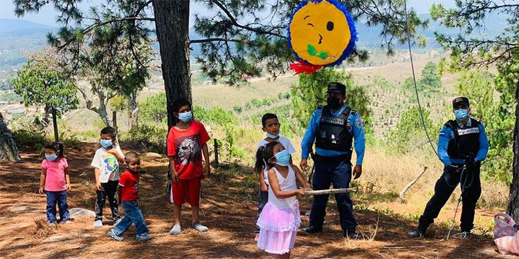 Los policías compartieron implementos de bioseguridad y momentos de alegría con los infantes.