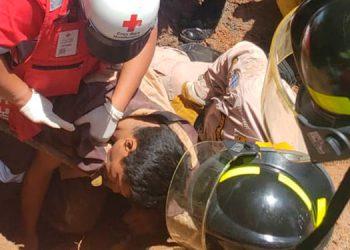 Miembros de la Cruz Roja, bomberos y pobladores batallaron para rescatar a los obreros soterrados.