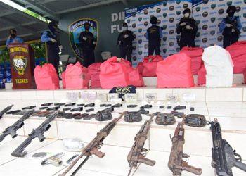 En el interior de la caleta, las autoridades policiales encontraron los fardos con cocaína y armas pesadas.