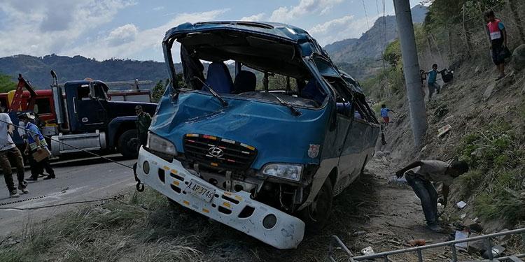 Los tripulantes de la unidad de transporte, marca Hyundai, placas AAP-3746, estuvieron a punto de morir debido al brutal percance sufrido.