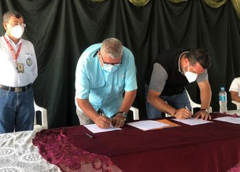 El gerente de Empresas Sostenibles del Cohep, Gabriel Molina suscribió el compromiso junto a las fuerzas vivas de Urraco, Pueblo.