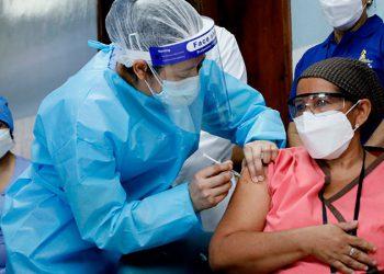 El crecimiento económico, va de la mano de la vacunación a la población.