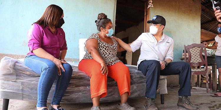 El Presidente Juan Orlando Hernández hizo entrega de los paquetes de Vida Mejor a los pobladores de Santa Rita, Yoro.