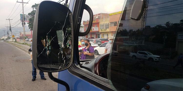 """Los vidrios retrovisores del autobús del servicio ejecutivo o """"rapidito"""" quedaron perforados a disparos."""