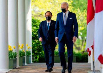 Yoshihide Suga y Joe Biden.