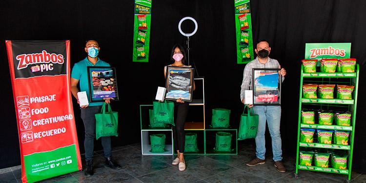 Saúl Antonio Rodríguez, Arly Gradiz y César Ponde, tres de los cuatro ganadores de Zambos Pic, en su quinta edición, al momento de la premiación, que tuvo lugar esta ciudad capital.