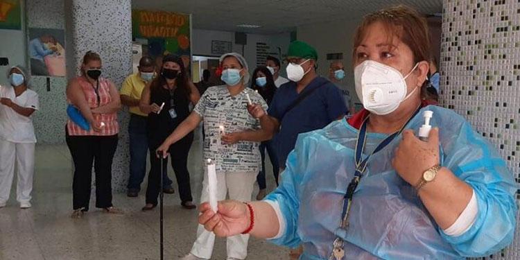 Personal médico del HEU se manifestó exigiendo que se les dote de equipo de bioseguridad de mejor calidad.