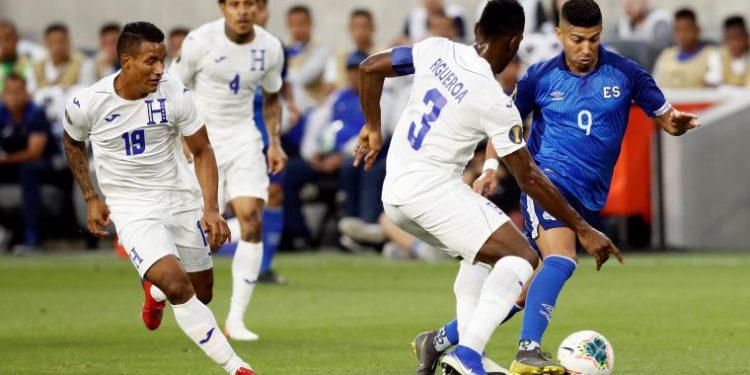 EPA4539. LOS ÁNGELES (ESTADOS UNIDOS), 25/06/2019.- El jugador Nelson Bonilla (d) de El Salvador disputa el balón con Maynor Figueroa (2d) de Honduras este martes, durante un partido de la Copa de Oro de la Concacaf entre El Salvador y Honduras, en el estadio Banc of California, en Los Ángeles, California (Estados Unidos). EFE/ETIENNE LAURENT