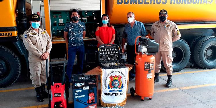 Instantes en que la presidenta de la cooperativa de vendedores del mercado zonal San Juan, Alba Chávez entregaba el donativo junto a sus compañeros.