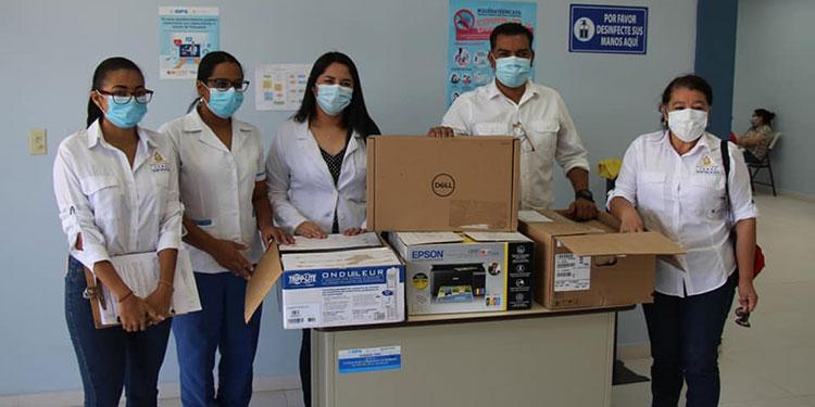 El equipo industrial de limpieza de ropa hospitalaria tiene gran capacidad para el aseo.