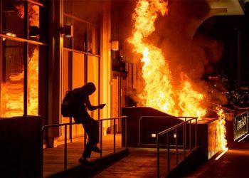 Incendios y daños en Oakland tras protesta contra la policía