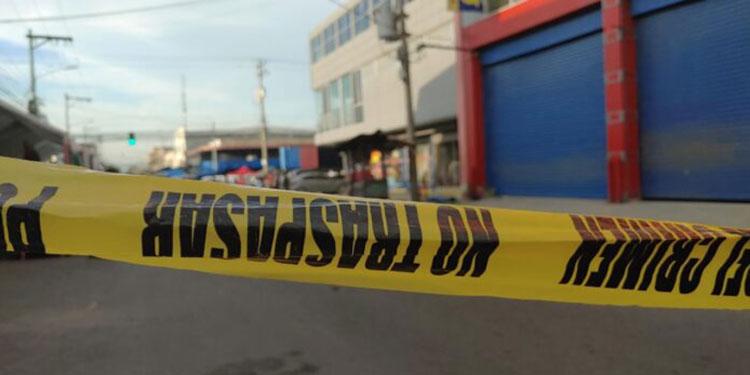 Luego de los disparos, los atacantes salieron huyendo de la escena del crimen, mientras el vendedor de jugos cayó muerto.