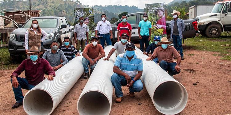"""Bajo el lema """"De la mano con el caficultor"""", rehabilitan infraestructura carretera destruida por Eta y Iota en comunidades de Yoro y Santa Bárbara."""