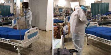 El personal médico y enfermería tomaron escobas para sacar agua lluvia de la sala afectada por agua lluvia.
