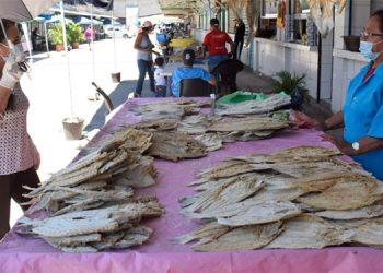 Cientos de capitalinos visitaron los mercados de la ciudad para comprar mariscos y preparar los platillos típicos de la Semana Santa.