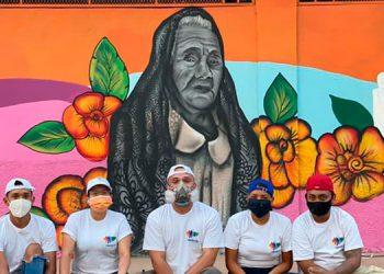 En Lejamaní el mural representa El Guancasco, el Baile del Gigante y a Doña Elena, la persona más longeva de este municipio.