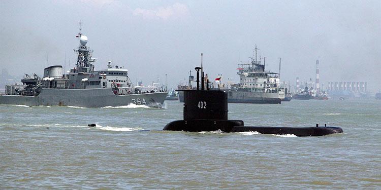 Las autoridades de Indonesia continuaron este jueves las tareas de rescate y búsqueda del submarino (c) desaparecido la víspera con 53 tripulantes a bordo.