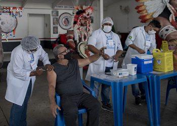 Vacunan por equivocación a 46 brasileños contra la COVID en lugar de la gripe