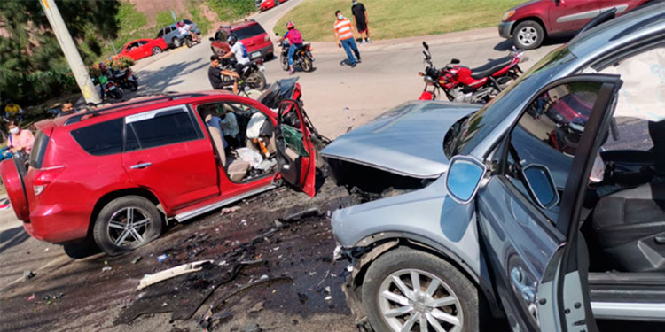 En el accidente del anillo periférico murieron tres personas y, según autoridades policiales, en uno de los vehículos encontraron latas vacías de bebidas alcohólicas.