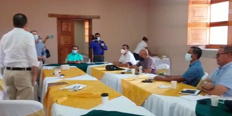 Dos alcaldes de Libre se reunieron con ediles liberales para estimular los diálogos pro alianza política.