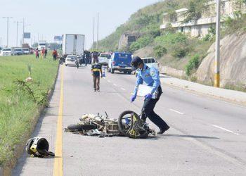 El motociclista murió al instante, quedando destruida la unidad de transporte.
