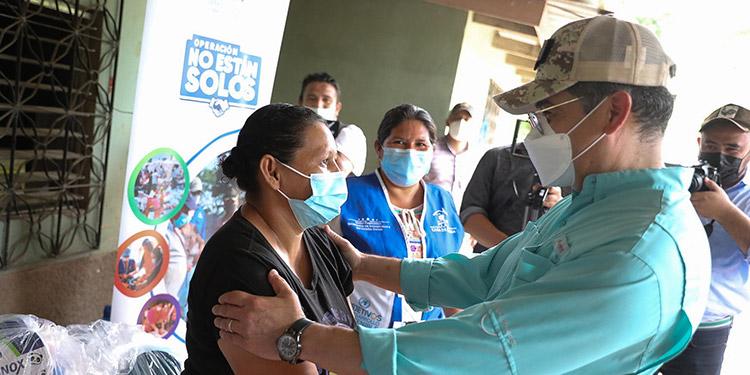 La pobladora Claudia Escalante le agradeció al Presidente Hernández por la ayuda humanitaria, ya que perdió todo por las tormentas.
